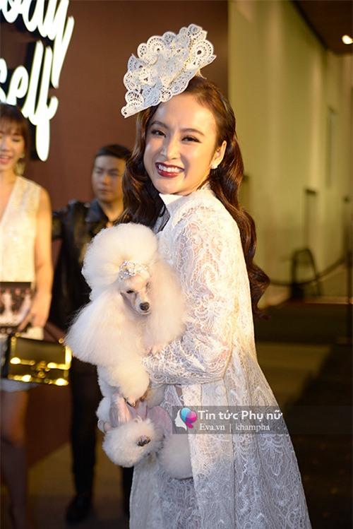 Dễ thương lẫn kinh dị khi sao Việt ôm ấp cún, trăn rắn như phụ kiện - 3
