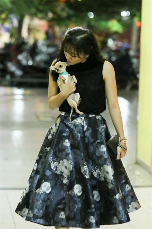Dễ thương lẫn kinh dị khi sao Việt ôm ấp cún, trăn rắn như phụ kiện - 4