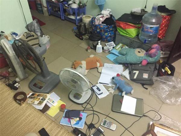 Từ đồ dùng cá nhân đến đồ dùng học tập cũng được bày khắp nhà.