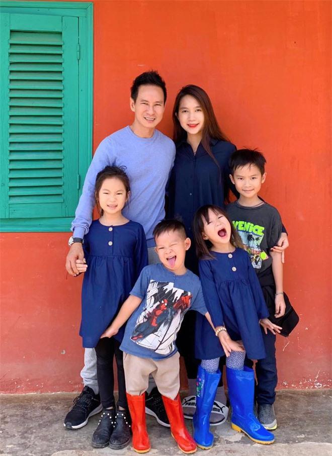 Ở nhà với 4 con nhỏ, cuộc sống vợ chồng Lý Hải đảo lộn ra sao giữa đại dịch Covid-19? - Ảnh 3.