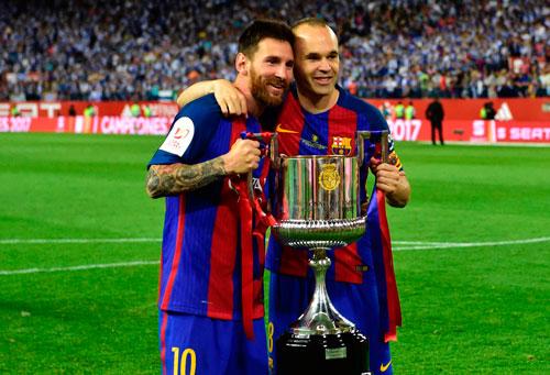 Top 10 cầu thủ vĩ đại nhất lịch sử CLB Barcelona: Messi chỉ xếp thứ 3