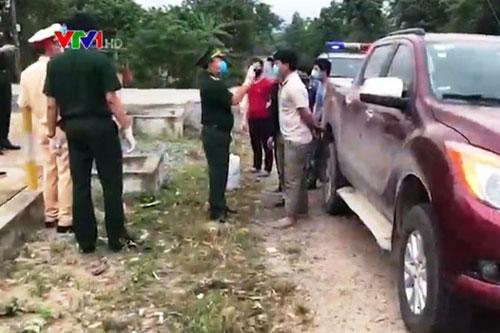 Chiếc xe chở người trốn cách ly bị lực lượng chức năng phát hiện.
