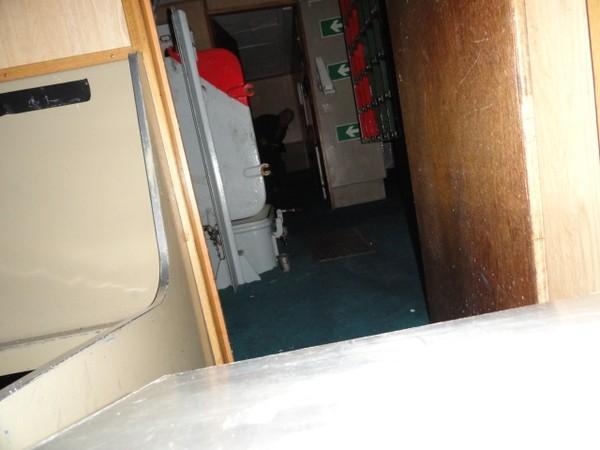Bức ảnh vô tình chụp được bóng bí ẩn cầm rìu đi lại trên tàu.