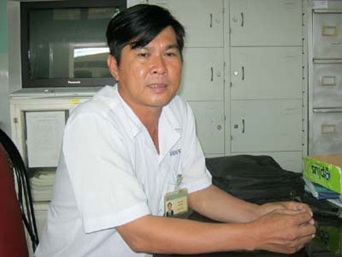 Bác sỹ Lê Hoàng Sơn trao đổi với PV.