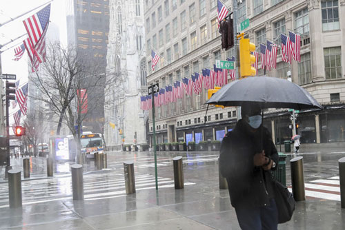 Người dân đeo khẩu trang để phòng tránh lây nhiễm COVID-19 tại New York, Mỹ (Ảnh: THX)