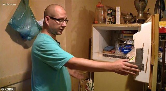Anh Adam phát hiện thi thể một đứa trẻ sơ sinh bên trong tủ lạnh của người mẹ quá cố.