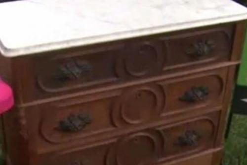 """Mua tủ cũ giá rẻ, người đàn ông """"choáng váng"""" khi nhìn thấy 7,5 triệu đô la Mỹ còn nguyên vẹn bên trong"""