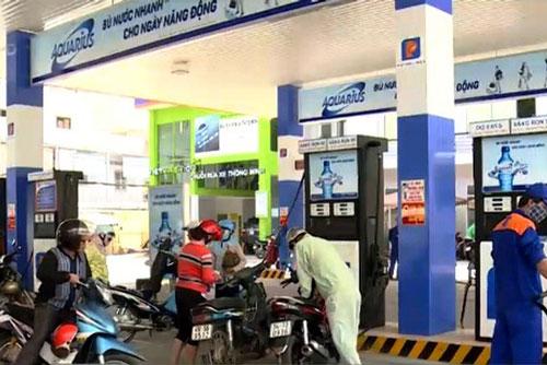 TP.HCM đề nghị không bán xăng dầu cho người mua bằng can, chai, lọ để tích trữ