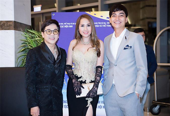 Nữ diễn viên hạnh phúc khi được hội ngộ nghệ sĩ Thành Lộc (trái) và diễn viên Khương Ngọc tại Liên hoan phim ở Vũng Tàu, năm 2019.