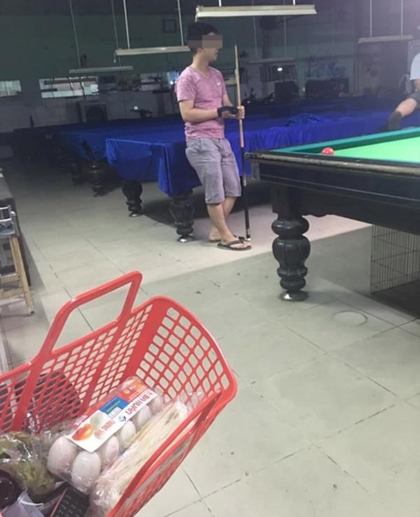 Anh chồng mải chơi bida quên cả mang đồ ăn về cho vợ. Ảnh: Nguyễn Như Ý.