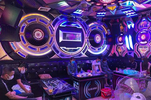"""Quảng Nam: Nhiều quán karaoke mở cửa đón """"dân bay"""" bất chấp lệnh cấm trong dịch"""
