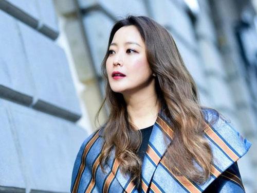Bộ phim kỳ ảo Alice đánh dấu sự trở lại màn ảnh nhỏ sau thời gian dài vắng mặt của cả Joo Won lẫn Kim Hee Sun. Đây là phim đầu tiên của tài tử kể từ sau khi anh xuất ngũ hồi đầu 2019. Còn Kim Hee Sun cũng chưa góp mặt trong dự án điện ảnh hay truyền hình nào kể từ Room No. 9 (2018).