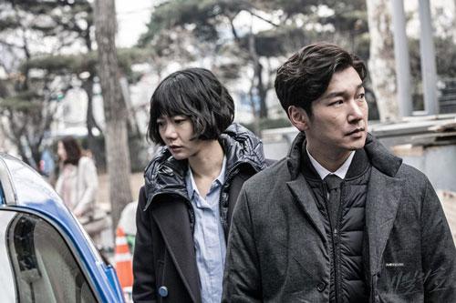 Nhân vật chính của series Stranger là Hwang Shi Mok (Cho Seung Woo), một công tố viên giỏi nghề nhưng kém EQ. Đó vốn là di chứng của cuộc phẫu thuật não anh từng trải qua khi còn nhỏ. Anh cũng là công tố viên duy nhất không dính dáng tới nạn tham nhũng. Trong mùa đầu tiên, một vụ giết người táo tợn đã dẫn Shi Mok tới trung uý cảnh sát Han Yeo Jin (Bae Doona). Họ hợp tác với nhau để vạch trần vụ án tham nhũng ở cơ quan công tố, cũng như chân tướng vụ giết người.