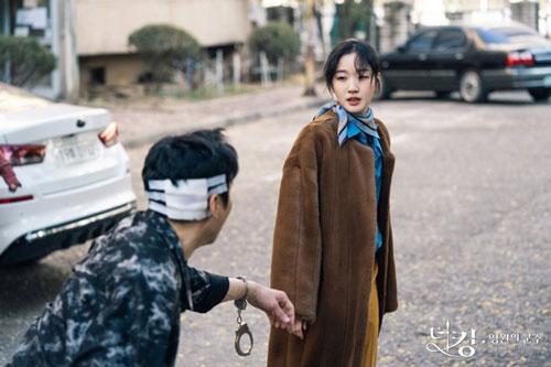 Lúc này, thay vì chuyên tâm lo việc triều chính, Yi Gon lại có thú vui trốn khỏi hoàng cung. Trong một lần trốn đi như thế, chàng bị lạc tới một thế giới song song và gặp gỡ thanh tra Jung Tae Eul (Kim Go Eun). Cùng nhau, họ lập nên một nhóm trừ gian diệt bạo, và tìm cách đóng cánh cửa kết nối hai thế giới.