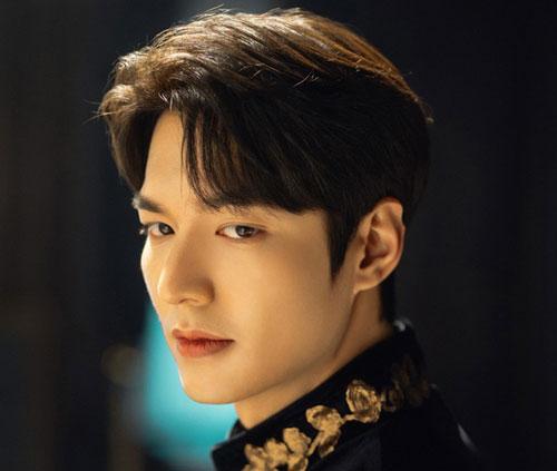 Trong series thuộc thể loại giả tưởng The King: Eternal Monarch (Quân chủ vĩnh hằng), Yi Gon (Lee Min Ho) là Hoàng đế Hàn Quốc thứ ba trong thời đại của mình. Thần dân tôn kính chàng như một người lãnh đạo hoàn hảo. Nhưng ẩn sau diện mạo ấy là một vết thương khó lành. Khi Yi Gon lên 8 tuổi, chàng phải chứng kiến cảnh phụ vương bị thích khách ám sát.