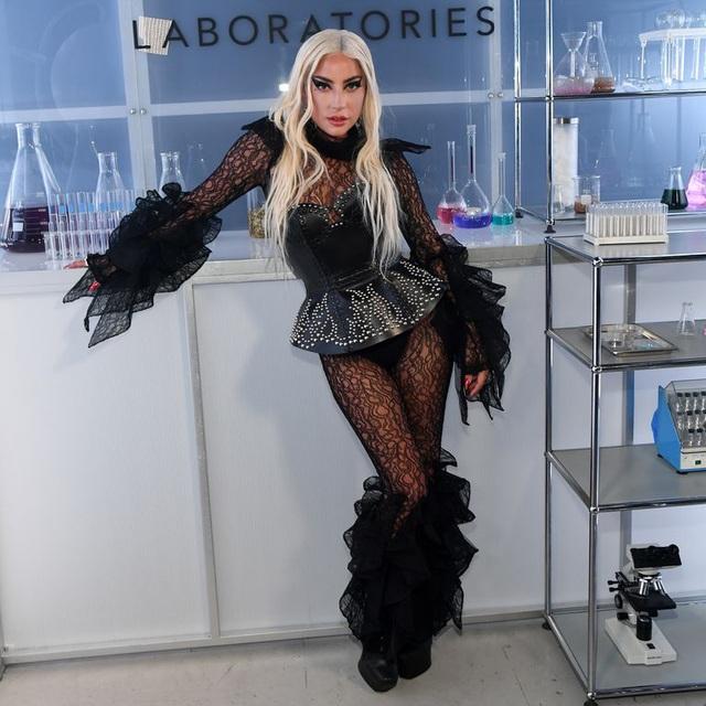 Lady Gaga dự sự kiện hồi tháng 9 năm ngoái và diện bộ đồ ren lạ mắt của Kaimin
