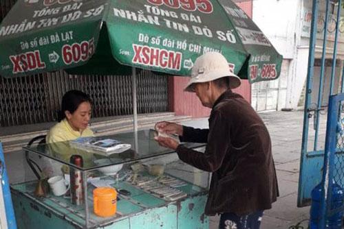 Các địa phương lên phương án hỗ trợ cho người bán vé số