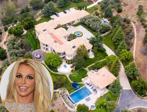 Britney Spears cách ly cùng bồ trẻ Sam Asghari trong biệt thự lộng lẫy ở Thousand Oaks, California. Hàng ngày, ngôi sao nhạc pop đăng tải hình ảnh tập gym, yoga tại cơ ngơi riêng. Britney vốn ngừng biểu diễn một năm nay nên việc ở nhà cả tháng không phải là thử thách với nữ ca sĩ.