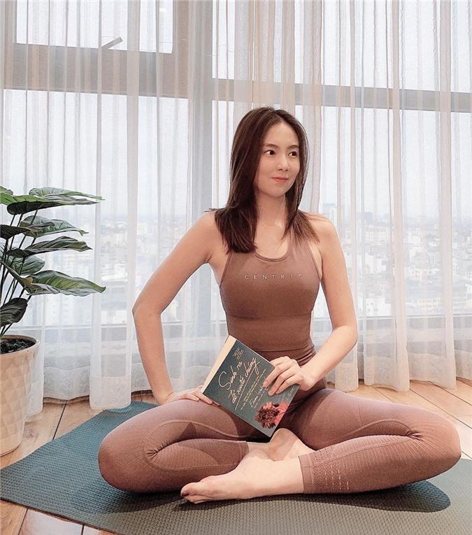 Cả loạt bài tập sáng tạo vô biên của sao Việt khi tránh dịch ở nhà, có người còn khoe cơ bụng số 11 thấy mà thèm - Ảnh 1.