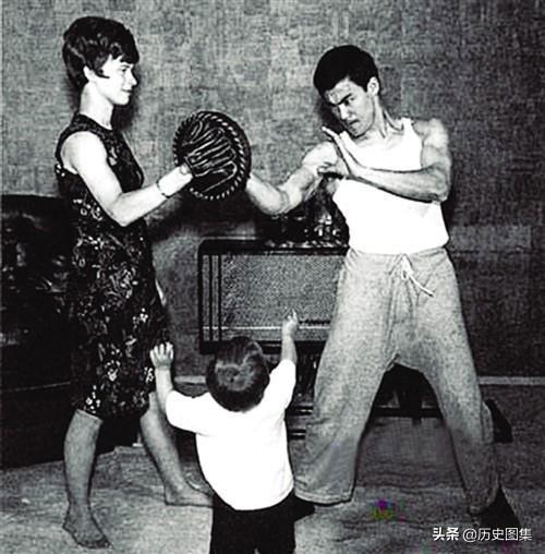 Lý Tiểu Long luyện võ với sự trợ giúp của người vợ Linda Emory. Đứa trẻ là Lý Quốc Hào, con trai ông.