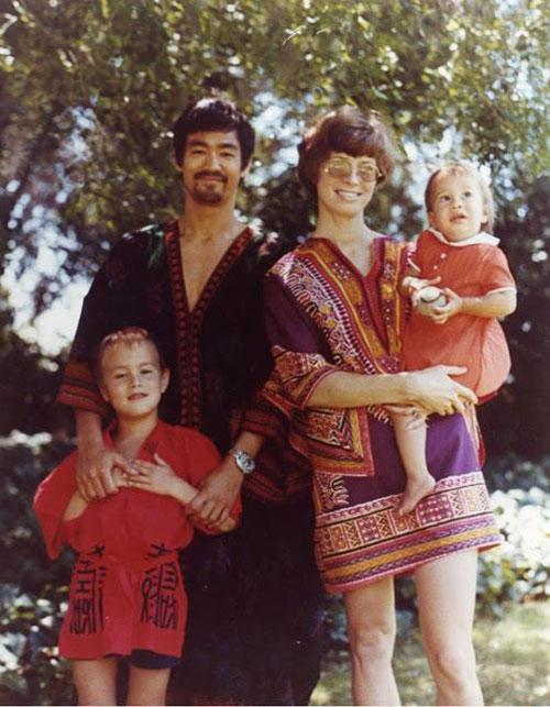 Bức ảnh chụp gia đình huyền thoại võ thuật Trung Quốc. Năm 1964, Lý Tiểu Long kết hôn với Linda Emory, môt người Mỹ gốc Ireland. Sau khi kết hôn, họ sinh được một trai và một gái. con gái Lý Hương Ngưng lúc này vẫn được mẹ bế trên tay, còn con trai lớn Lý Quốc Hào lúc này đã sắp trở thành một thiếu niên.