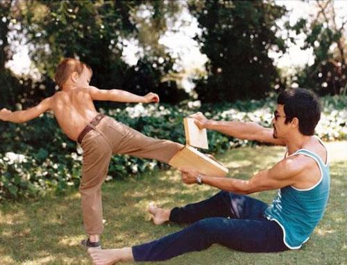 Lý Tiểu Long dạy con trai Kung Fu. Lý Quốc Hào có thể tự đá vỡ mảnh gỗ trên tay cha mình. Động tác của ông cũng rất giống cố ngôi sao điện ảnh Hollywood.