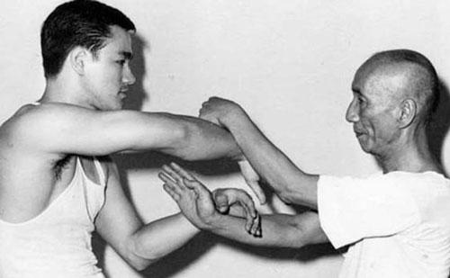 Lý Tiểu Long và sư phụ Diệp Vấn đang luyện Kung Fu. Hai thầy trò cũng thường xuyên rèn luyện bằng hình nhân bằng gỗ. Lý Tiểu Long có đam mê mãnh liệt với việc luyện Kung Fu và vẫn làm điều này mỗi ngày, cho đến khi qua đời.