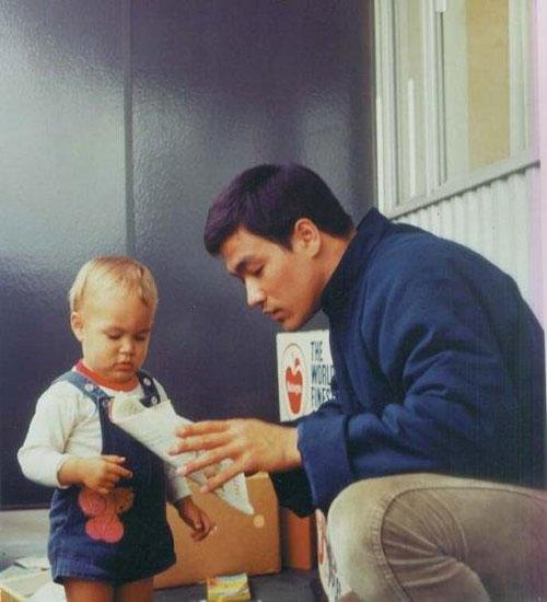 Lý Tiểu Long và con trai lúc còn nhỏ. Dường như tài tử điện ảnh người Mỹ gốc Hoa đang đọc chuyện cho cậu con trai Lý Quốc Hào. Đây cũng là một trong số ít tư liệu quý về Lý Tiểu Long và gia đình.