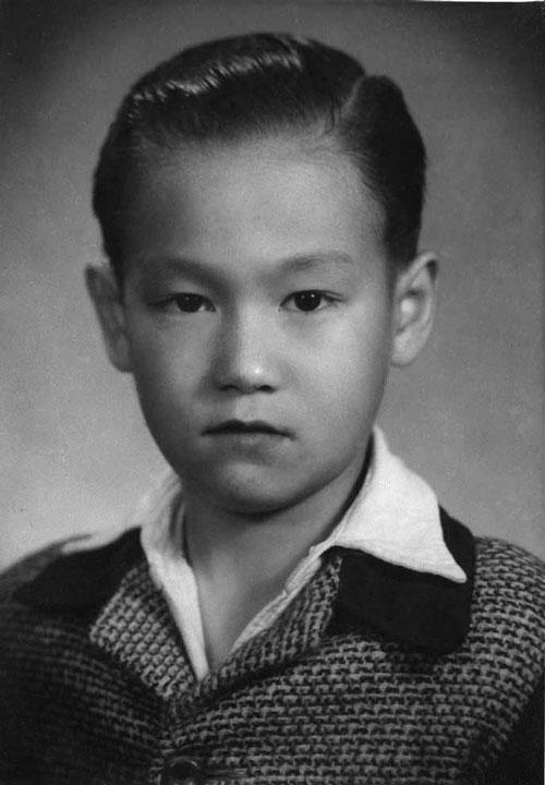 Lý Tiểu Long thời niên thiếu. Lúc này, Lý Tiểu Long khá bụ bẫm. Nhiều người nhận xét huyền thoại võ thuật Trung Quốc có đôi mắt sắc từ bé.