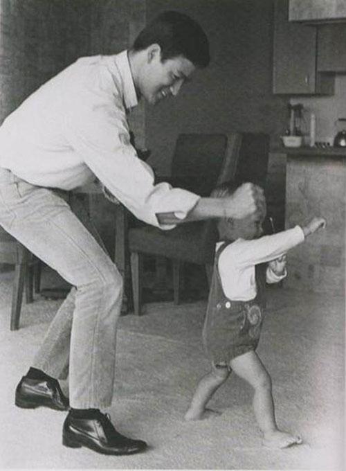 Một trong những bức ảnh hiếm hoi Lý Tiểu Long vui đùa cùng con trai. Lý Quốc Hào là con trai duy nhất của Lý Tiểu Long và Linda Lee Cadwell. Khi Lý Tiểu Long qua đời, Quốc Hào mới 8 tuổi. Trong đám tang, ông vẫn nghĩ cha mình đang diễn xuất và liên tục hét lên: