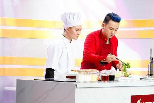 Hàn Thái Tú trổ tài nấu ăn trên truyền hình và xuất sắc chiến thắng vì quá đảm đang.