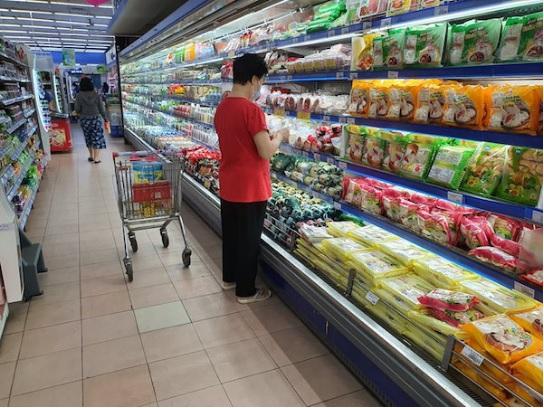Lượng khách đến siêu thị giảm mạnh.