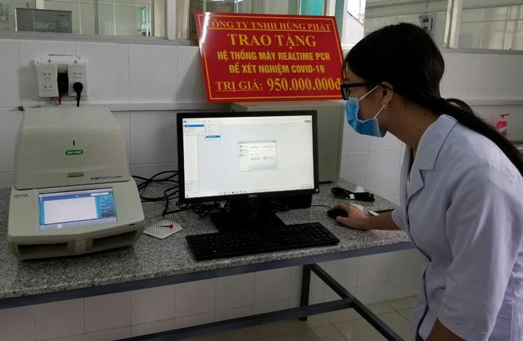 Kỹ thuật viên xét nghiệm của CDC Lâm Đồng vận hành hệ thống máy xét nghiệm Covid-19 bằng phương pháp Realtime PCR