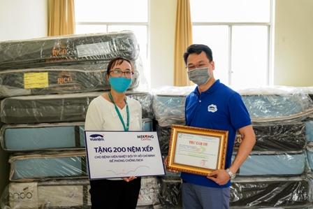 Đại diện bệnh viện nhận quà tặng chung tay chống dịch của Vua Nệm