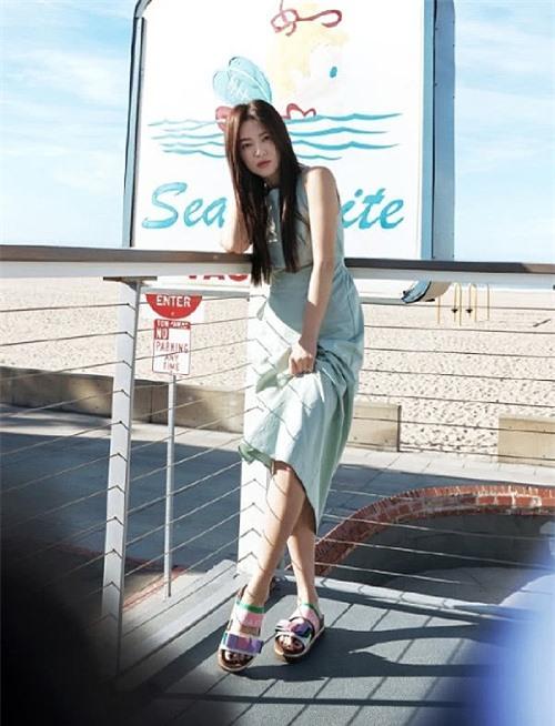 Song Hye Kyo chụp bộ ảnh cho một thương hiệu mà cô là gương mặt đại diện. Nữ diễn viên để tóc thẳng, gương mặt trang điểm nhẹ. Nhiều khán giả nhận xét Song Hye Kyo trẻ hơn nhiều so với tuổi 38. Kiểu tóc mà cô để trong bộ ảnh mới tương đồng với kiểu tóc khi đóng Trái tim mùa thu năm 2000, khiến không ít khán giả đặt ra sự so sánh.