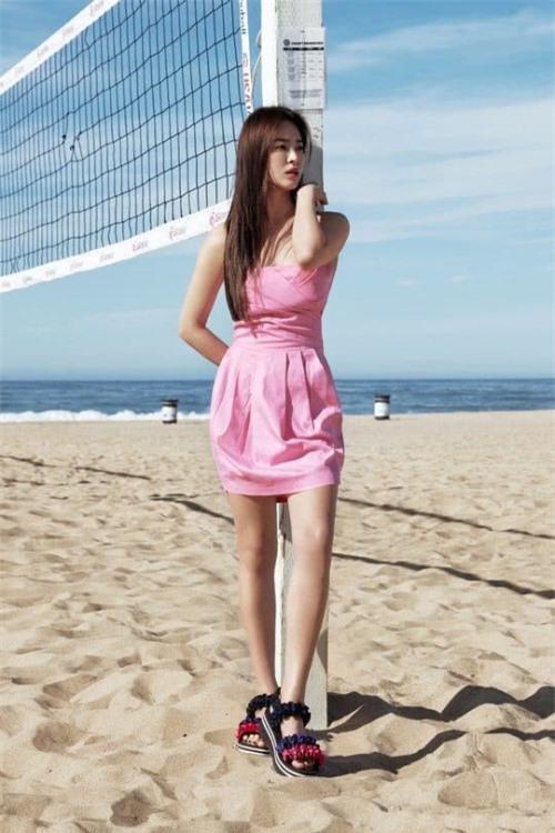 Nữ diễn viên diện đầm màu sắc tươi trẻ, tự tin khoe sắc vóc trước biển.