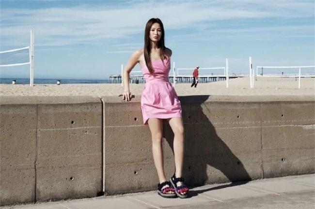 Nữ diễn viên ăn gian chiều cao nhờ váy ngắn.