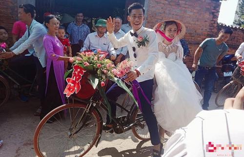 """Chú rể đi rước dâu bằng xe đạp ai cũng tưởng """"nghèo"""" nhưng sự thật về gia thế mới khiến dân mạng """"trầm trồ"""""""