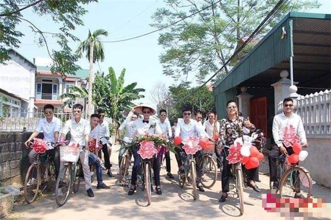 Chú rể cùng hội bạn đạp xe đi đón cô dâu.