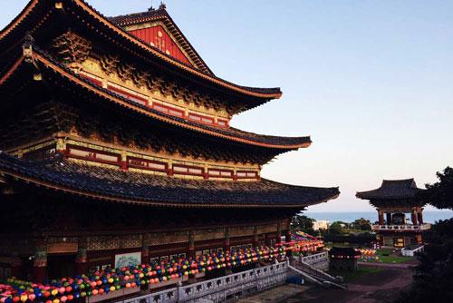 Yakcheonsa được vinh dự nằm trong danh sách những ngôi chùa trang nghiêm và hiện đại nhất của Phật giáo ở châu Á