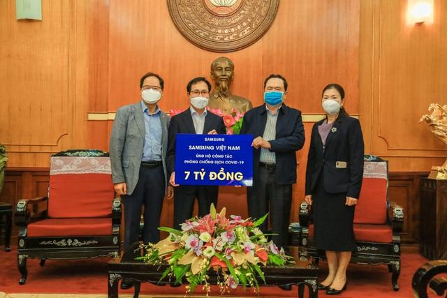Ông Choi Joo Ho (trái), Tổng giám đốc tổ hợp Samsung Việt Nam, trao tặng số tiền 7 tỷ đồng cho Ủy ban Trung ương Mặt trận Tổ quốc Việt Nam