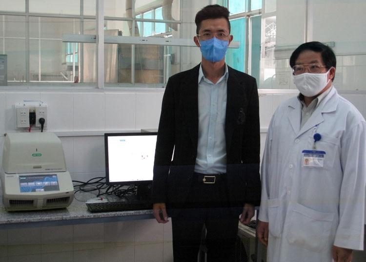 Lãnh đạo CDC Lâm Đồng và Giám đốc Công ty TNHH Hùng Phát bên máy xét nghiệm Realtime PCR