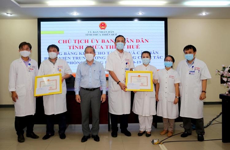 Chủ tịch UBND tỉnh Thừa Thiên Huế Phan Ngọc Thọ trao bằng khen cho những tập thể, cá nhân Bệnh viện Trung ương Huế