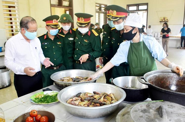 Chủ tịch UBND tỉnh Thừa Thiên Huế kiểm tra bữa ăn tại các khu cách ly