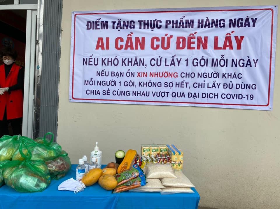 Hà Nội: Tặng hàng nghìn món quà cho người nghèo trong dịch Covid-19