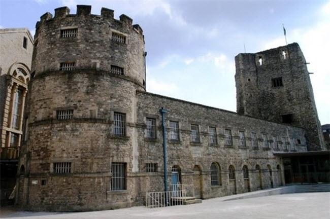 Lạnh người với những lâu đài ma ám đáng sợ nhất thế giới - ảnh 3