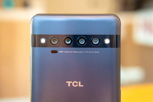 TCL 10 Pro sở hữu 4 camera sau. Cảm biến chính 64 MP, khẩu độ f/1.8 cho khả năng lấy nét theo pha. Cảm biến thứ hai 16 MP, f/2.4 với ống kính góc rộng 123 độ. Ống kính macro 5 MP, f/2.2 và cảm biến chiều sâu 2 MP, f/2.4. Máy có 2 đèn flash LED, quay video 4K tốc độ 30 khung hình/giây hoặc HD tốc độ 960 khung hình/giây.