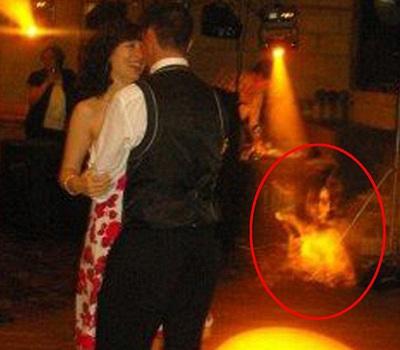 Cô dâu chú rể đang vui vẻ trong một điệu nhảy, không mảy may biết đến có một bóng ma đang trôi nổi bên cạnh họ