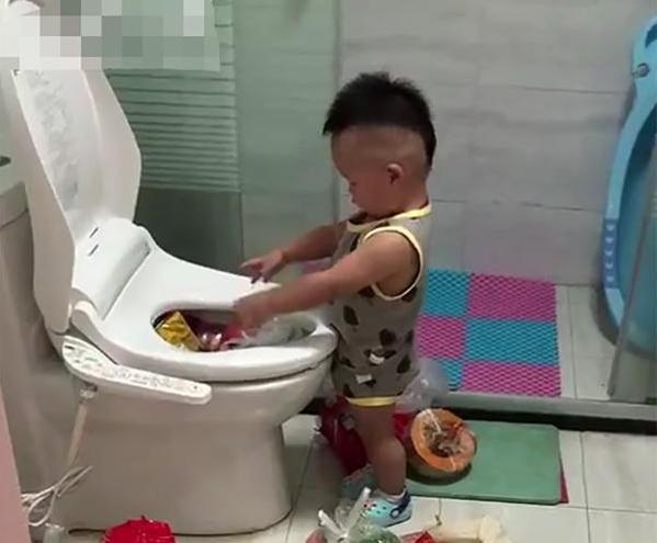 Cậu bé rửa đồ ăn giúp mẹ và cái kết bất ngờ.