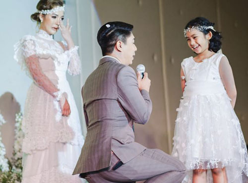 Đang tổ chức hôn lễ, chú rể bất ngờ quỳ gối trước một cô gái khác khiến cô dâu bật khóc